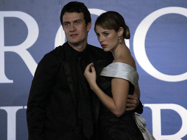 Marina toma as dores do marido, Léo (Foto: Insensato Coração/ TV Globo)
