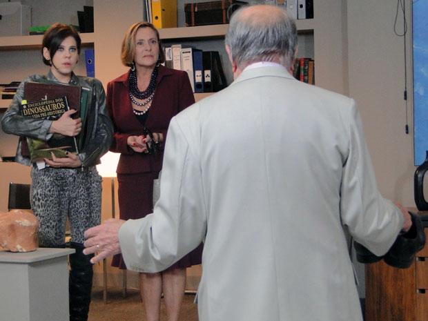 Minerva deixa Isaías na maior saia justa ao aparecer de surpresa no galpão (Foto: Morde & Assopra / TV Globo)