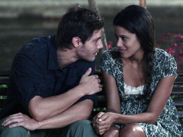 Tiago abre o coração e conta para Lidia que errou com Júlia (Foto: Morde & Assopra / TV Globo)