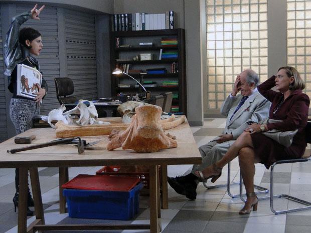 Virgínia mostra os chifres, falando sobre uma espécie de dinossauros (Foto: Morde & Assopra / TV Globo)