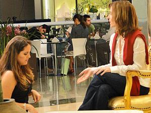 Ismael se esconde para não ser flagrado (Foto: Insensato Coração/ TV Globo)