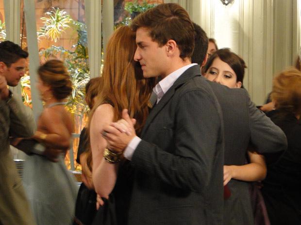 Eles dançam sem trocar palavra (Foto: Morde & Assopra/ TV Globo)