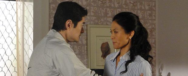 Akira revela a mãe que viu Pimentel morto, mas prefere não falar com a polícia (Foto: Morde & Assopra/TV Globo)