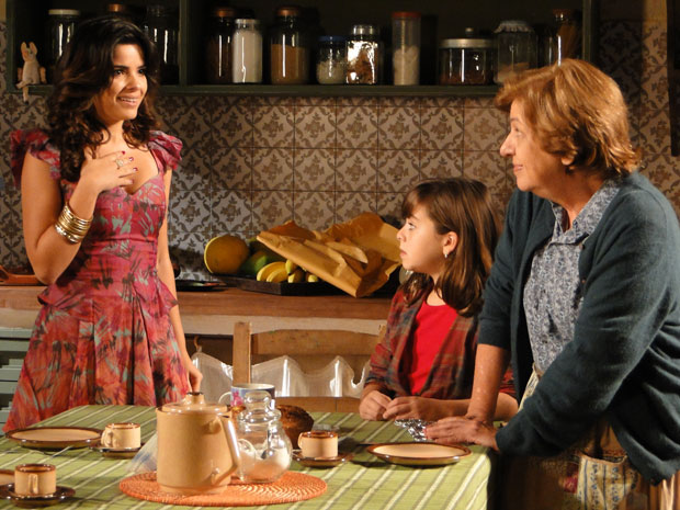 Celeste é enganada por Hortência e acaba confessando (Foto: Morde & Assopra/TV Globo)