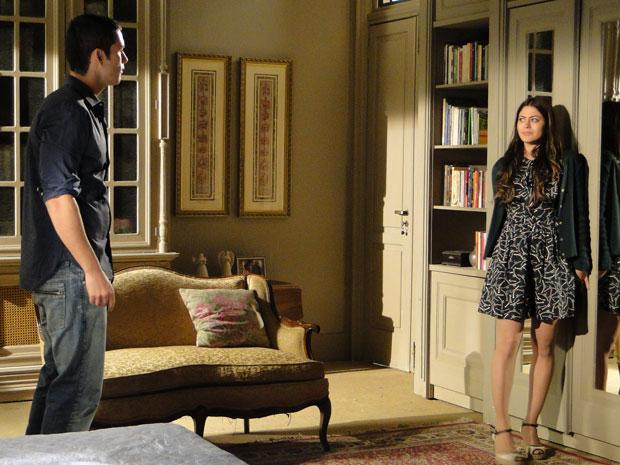 Natália despista e impede que Marcos abra o armário e encontre Zariguim (Foto: Morde & Assopra/TV Globo)
