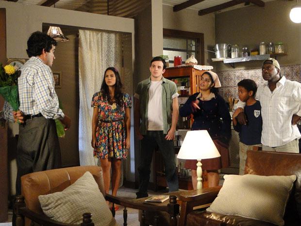 Xavier não é bem recebido pela família de Maria João (Foto: Morde & Assopra/TV Globo)