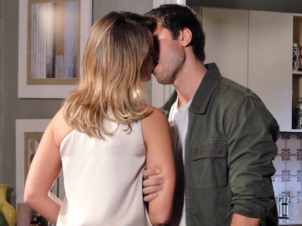 Reconciliados, Marina e Pedro se beijam (Foto: Insensato Coração / TV Globo)