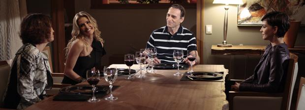 Após menu fazer sucesso com o banqueiro, Natalie e Wanda trocam olhar cúmplice (Foto: Insensato Coração / TV Globo)