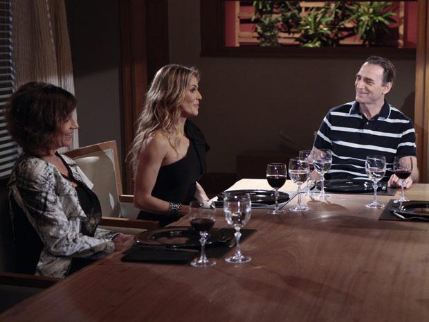 Natalie vibra com os elogios de Cortez ao jantar (Foto: Insensato Coração / TV Globo)