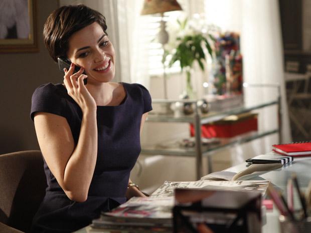 Paula telefona paras as convidadas do chá promovido por Natalie (Foto: Insensato Coração / TV Globo)