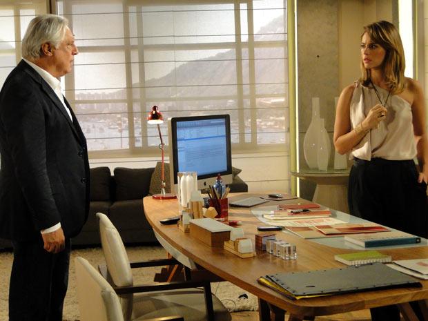 Marina fica abalada com o que ouve de Raul (Foto: Insensato Coração/ TV Globo)