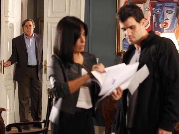 Ismael mostra a Norma provas das falcatruas de Léo e Milton flagra os dois conversando (Foto: Insensato Coração / Tv Globo)