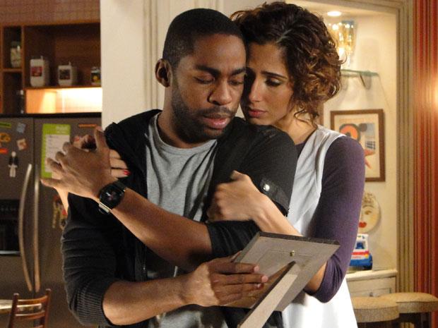 Carol tenta consolar André, que acaba de perder o pai (Foto: Insensato Coração / Tv Globo)