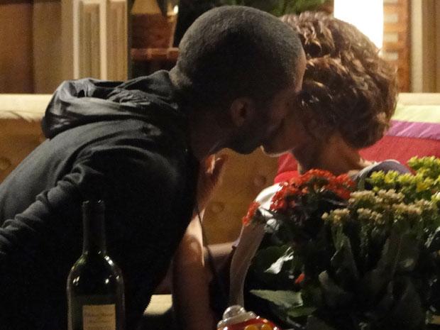 André e Carol se beijam e passam a noite juntos (Foto: Insensato Coração / Tv Globo)