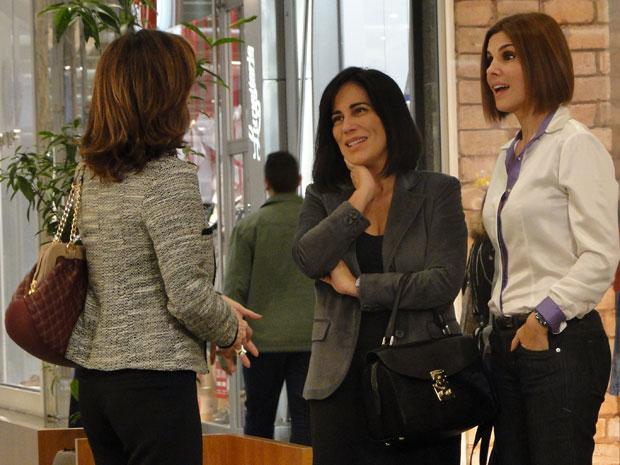 Norma provoca Eunice, que fica boquiaberta ao descobrir que a ela é viúva de Teodoro (Foto: Insensato Coração / Tv Globo)
