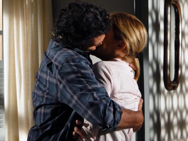 Abner consegue se reconciliar com Júlia e beija a amada (Foto: Morde & Assopra / TV Globo)
