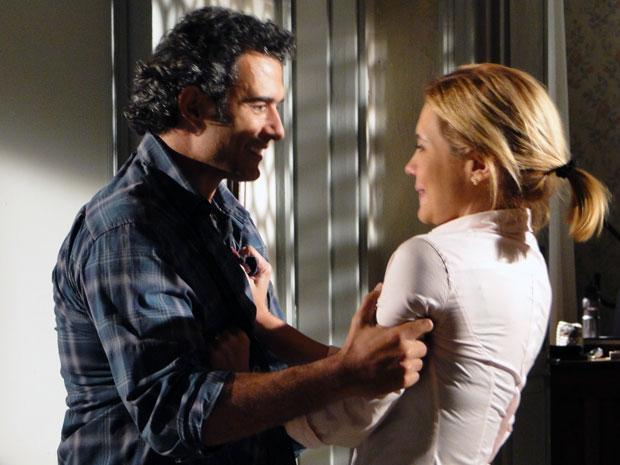 Júlia aceita proposta de casamento escondido (Foto: Morde & Assopra / TV Globo)
