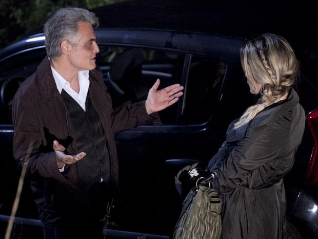 Pimentel pressiona Naomi e exige algo em troca para não contar o segredo (Foto: Morde & Assopra/TV Globo)