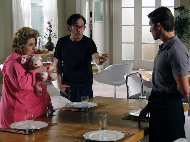 Guilherme cede à tentação e é seguido de perto por Efraim (Foto: Morde & Assopra / TV Globo)