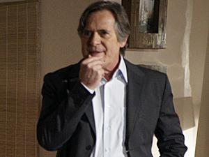 Milton fica desconfiado (Foto: Insensato Coração/ TV Globo)