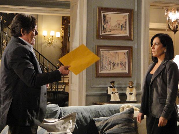 Norma fica surpresa ao ser chantageada por Milton (Foto: Insensato Coração / Tv Globo)