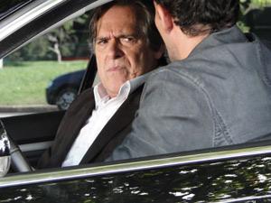 No carro, Ismael ameaça acabar com a vida de Milton e Bibi se ele dedurar Norma (Foto: Insensato Coração/ TV Globo)