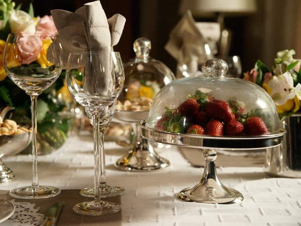 Frutas e flores enfeitam mesa clássica (Foto: Insensato Coração/ TV Globo)