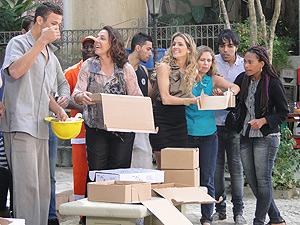 Moradores se aproximam para ver o que Haidê está anunciando (Foto: Insensato Coração/ TV Globo)