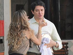 Natalie tenta consolar Gabino (Foto: Insensato Coração/ TV Globo)