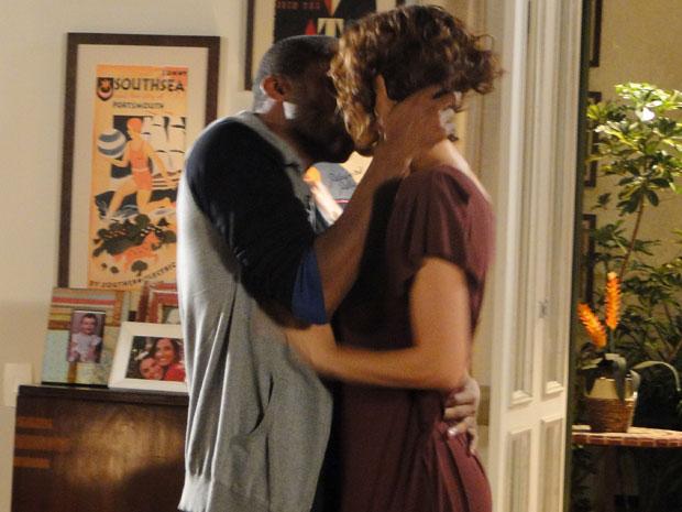 André e Carol se beijam (Foto: Insensato Coração / Tv Globo)