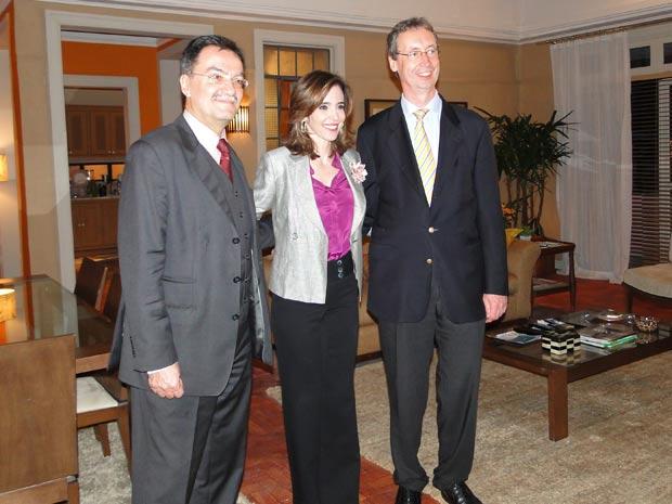 Deborah recepciona convidados (Foto: Insensato Coração / TV Globo)