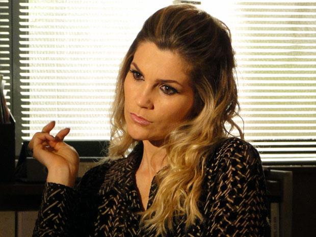 Naomi fica preocupada (Foto: Morde & Assopra / TV Globo)
