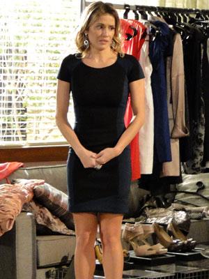 Natalie reprovando o look recatado (Foto: Insensato Coração/ TV Globo)