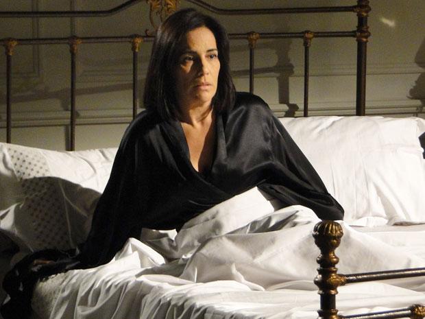 Norma acorda assustada após sonhar com Léo (Foto: Insensato Coração / Tv Globo)