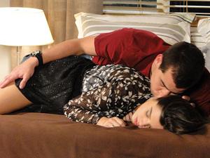 Ele não perde a chance de ficar com ela (Foto: Insensato Coração/ TV Globo)