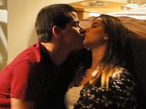 Cecília e Vinícius se beijam (Foto: Insensato Coração/ TV Globo)