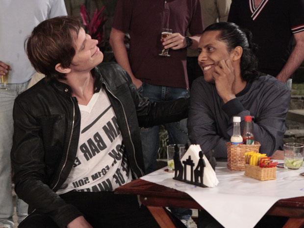 Kurt fez um carinho inocente no namorado, sem esperar nada (Foto: Insensato Coração/TV Globo)