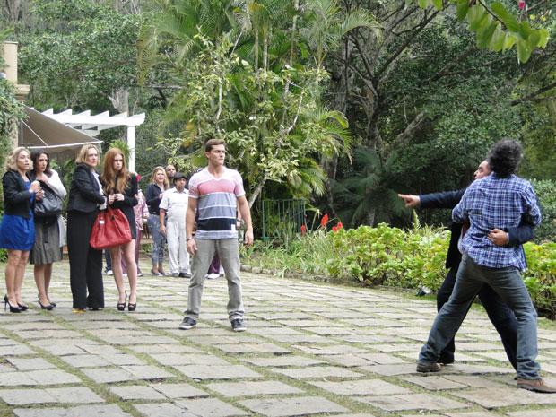 Herculano tenta bater em Guilherme, mas Abner não permite (Foto: Morde&Assopra/TVGlobo)