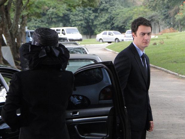 Léo aparece por lá...  (Foto: Insensato Espião/TV Globo)