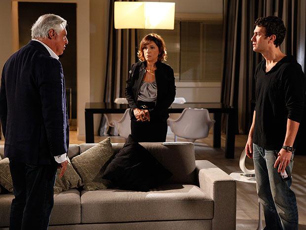 Wanda fica chocada com a revelação de Léo (Foto: Insensato Coração / TV Globo)