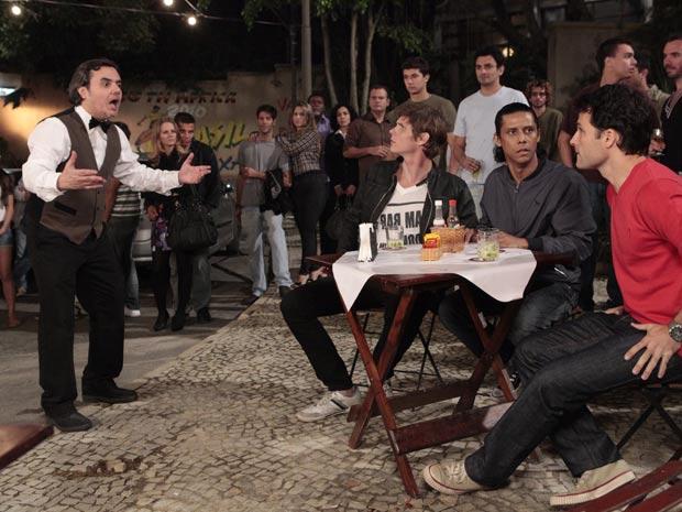 Kléber resolve expulsar os fregueses do bar (Foto: Insensato Coração/TV Globo)