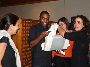 Lázaro recebe presente dos amigos (Foto: Insensato Coração/ TV Globo)