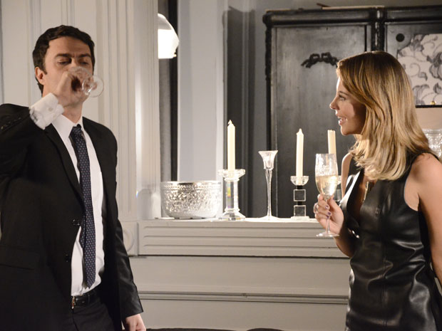 Marina provoca Léo com champanhe (Foto: Insensato Coração / Tv Globo)