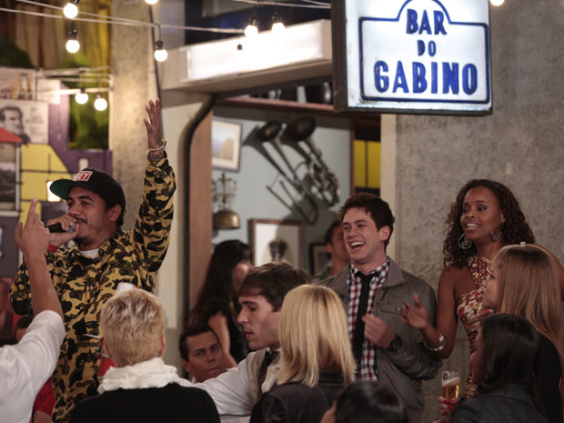Bar do Gabino é só festa, com um show bombante de Marcelo D2 (Foto: Insensato Coração/TV Globo)