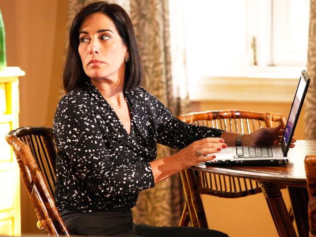 Escondida, Norma consegue apagar provas criminais do computador de Milton (Foto: Insensato Coração/ TV Globo)