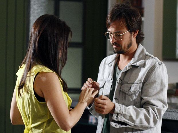 Cristiano pede a mão de Abelha (Foto: Morde & Assopra / TV Globo)