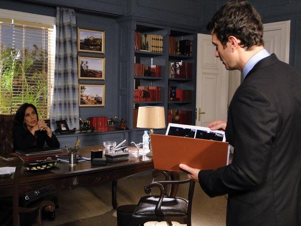 Norma finalmente tem Léo em suas mãos (Foto: Insensato Coração / TV Globo)