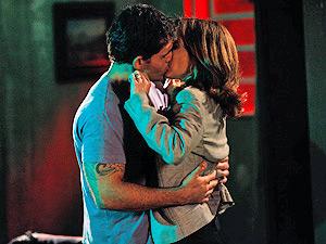 Ismael agarra Eunice e ela não resiste aos beijos (Foto: Insensato Coração/ TV Globo)