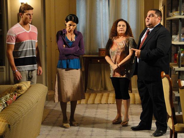 Herculano não gosta da presença de Guilherme, mas ele quer ver Márcia (Foto: Morde&Assopra/TVGlobo)