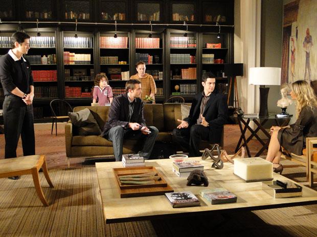 Wilson interroga todos os moradores da casa de Ícaro (Foto: Morde&Assopra/TVGlobo)